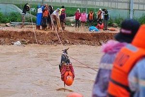 Cảnh sát căng cáp ngang sông giải cứu 40 người thoát dòng lũ dữ
