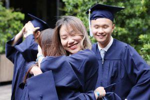 Khoảnh khắc 'rời tổ' xúc động của sinh viên Đại học Broward Việt Nam