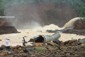 Thủy điện Đắk Kar: Mực nước giảm nhưng chưa xử lý được sự cố kẹt van xả