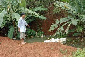 Rơi xuống hố rác ngập nước, bé trai 4 tuổi đuối nước tử vong