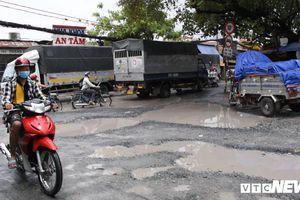 Cận cảnh con đường với gần 100 'hố bom' ở TP.HCM