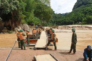 Nước sông Luồng lại cuồn cuộn chảy, cầu phao nối tâm lũ Thanh Hóa vừa lắp đặt đã phải tháo dỡ