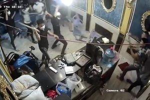 Nhóm 'giang hồ' đập phá nhà hàng ở Sài Gòn, chủ nhà hàng nói mất túi xách chứa 200 triệu