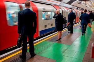 Giao thông tê liệt, nhà ga hỗn loạn vì mất điện trên diện rộng ở Anh
