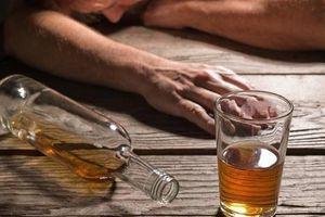 Người đàn ông nôn ra máu, suýt chết sau 5 ngày uống rượu triền miên