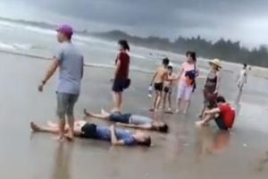 Hàng chục người bị nước biển cuốn trôi, 4 đã tử vong