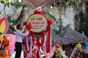 Tặng 'Bông hồng cài áo' cho du khách tại Lễ hội Vu Lan báo hiếu