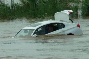 Giận dữ vì muốn quà siêu xe, thanh niên Ấn Độ đẩy xe BMW xuống sông