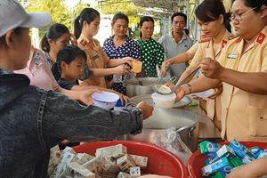Phú Yên: CSGT vào bếp nấu cháo cho người nghèo ở bệnh viện