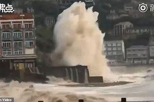 Khoảnh khắc siêu bão lật tung xe tải, thổi bay người tại Trung Quốc