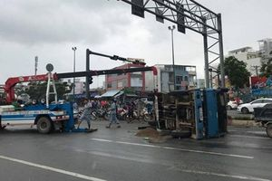 Tránh xe máy qua đường, ô tô tải 'phơi bụng' trên đại lộ Phạm Văn Đồng