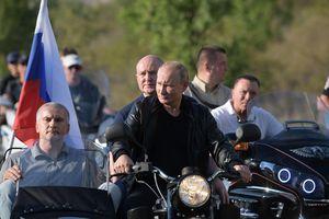 Tổng thống Putin oai vệ lái xe phân khối lớn chở quan chức Crưm dự lễ hội motor