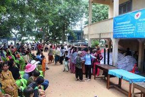 Khám bệnh, tặng quà bà con Việt kiều Campuchia