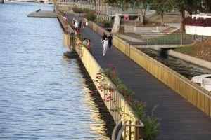 Lan can cầu đi bộ lát gỗ lim ven sông Hương chuyển màu khó tin