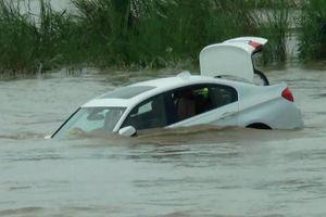 Cậu ấm dỗi bố mẹ đẩy chiếc BMW được tặng xuống sông