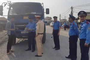 Vài tháng, đường đê Hữu Hồng lại nứt vì xe quá tải