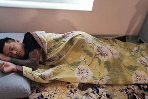 Ca sĩ Tuấn Hưng ngủ dưới sàn nhà khi trông vợ sinh nở