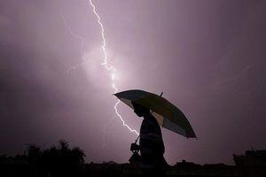 Cầm ô che mưa, 3 người trong một gia đình ở Yên Bái bị sét đánh chết
