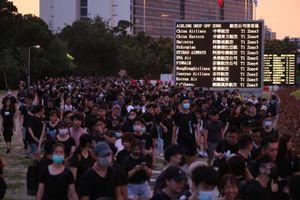 Người biểu tình ngày càng phẫn nộ, sân bay Hong Kong 'thất thủ'