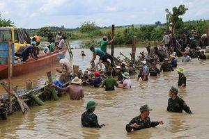 Chùm ảnh hàng trăm người vá đê ở Đắk Lắk