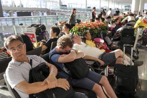 Hành khách chờ đợi mỏi mòn ở sân bay Hong Kong 'thất thủ'