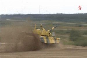 Xe tăng đội Kuwait đứt xích lao xuống ruộng khi đang về đích