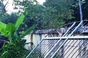 Nghệ An: Cổng sắt nhà văn hóa đổ sập đè lên khiến cháu gái 7 tuổi phải cấp cứu