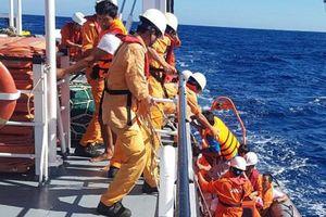 Cứu thành công 6 thuyền viên tàu cá bị chìm ở Hoàng Sa