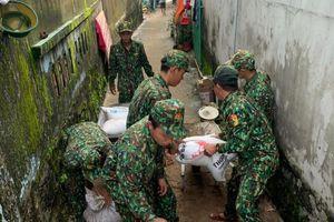 Phú Quốc: Ấm tình quân dân trong mưa lũ
