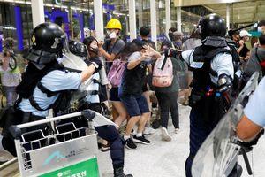 Người biểu tình đụng độ với cảnh sát tại sân bay ở Hồng Kông