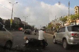 Va chạm giao thông khi sang đường và tình huống giải quyết khiến dân mạng 'dở khóc dở cười'