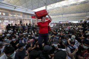 Hành khách ngán ngẩm trước cảnh biểu tình tại sân bay Hong Kong