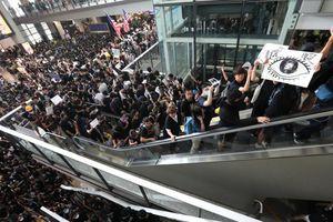 Hong Kong: Biển người biểu tình khiến hơn 180 chuyến bay bị hủy