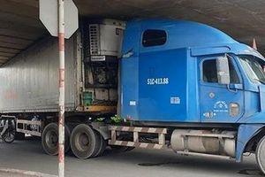 Chạy vào đường cấm, xe container 'đội' cầu vượt An Sương