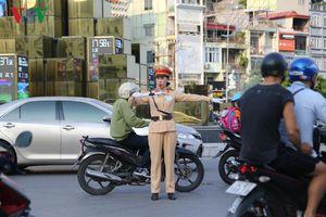 Ấn tượng những 'bóng hồng thép' trên đường phố Quảng Ninh