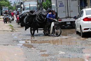 Xe tải né trạm thu phí cày nát đường dân sinh ở TP.HCM