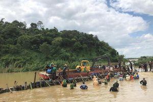 Bí thư Tỉnh ủy cùng hàng trăm người cứu đê bị vỡ ở Đắk Lắk