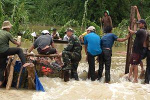 Clip: Hàng trăm người gồng mình khắc phục vỡ đê 300 tỷ đồng ở Đắk Lắk