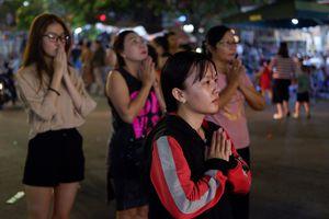 Tối 14 âm lịch, người Sài Gòn tranh thủ đi lễ chùa mùa Vu Lan báo hiếu