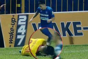 Cầu thủ giẫm lên đầu đối phương ở V-League nhận án phạt thích đáng
