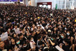 Tòa án Hong Kong buộc người biểu tình rời khỏi sân bay