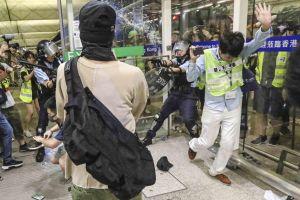 Cảnh sát đụng độ người biểu tình ở sân bay Hong Kong