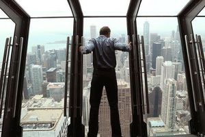 Mở cửa kính tầng 94, khách hết hồn vì nhoài người 30 độ ra ngoài trời
