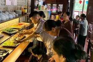 Người Hà Nội xếp hàng chờ ăn chay mùa Vu Lan