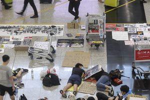 Người biểu tình Hong Kong bị khoanh vùng trong sân bay