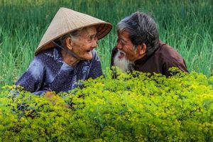Bức ảnh cụ ông cụ bà Việt nhìn nhau cười hạnh phúc được lên báo nước ngoài, lọt khoảnh khắc tình yêu đẹp nhất