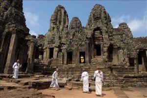 Campuchia cấm du khách ăn uống trên bãi cỏ quanh đền Angkor Wat
