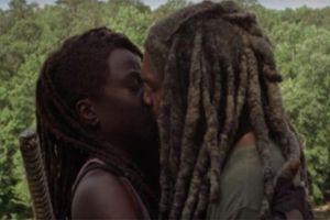 The Walking Dead mùa 10: Nụ hôn giữa Michonne và Ezekiel ngượng không tả nỗi