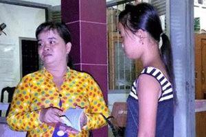 Công an xã trao trả bé gái đi lạc cho người thân