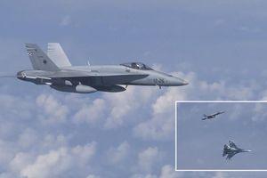 Clip: Tiêm kích Su-27 Nga áp sát, xua đuổi chiến đấu cơ NATO